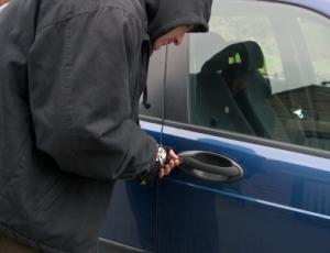 Autóból lopott
