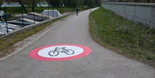 Figyelemfelkeltő járdafestés a közlekedés egyértelműsítésére