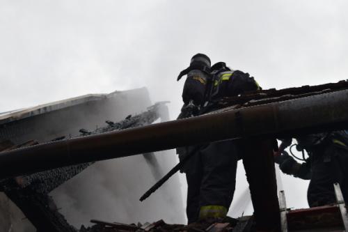 Szentendrei tűzoltók is részt vettek a pomázi ház oltásában